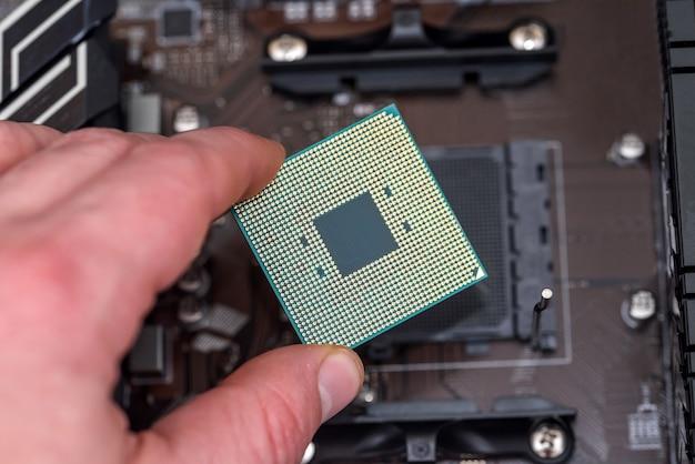 Menschliche hand, die cpu vom motherboard herausnimmt