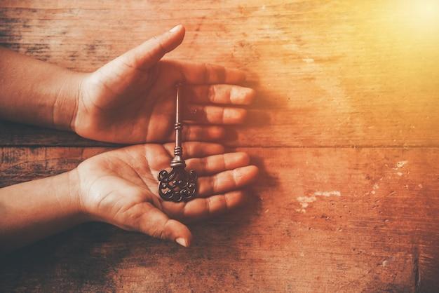 Menschliche hand, die einen schlüssel hält