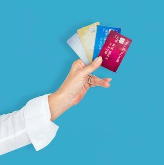 Menschliche hand, die kreditkarte-luxuszahlung hält