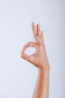 Menschliche hand, die okaygeste zeigt