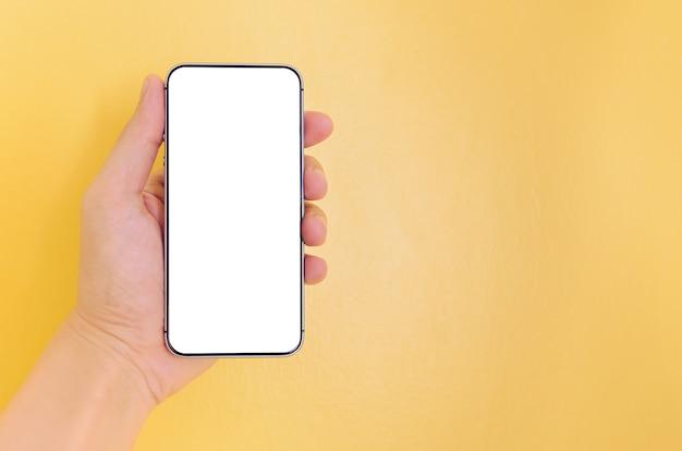Menschliche hand, die smartphone mit weißem schirmhintergrund hält.