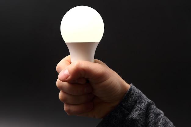 Menschliche hand hält die mitgelieferte led-lampe