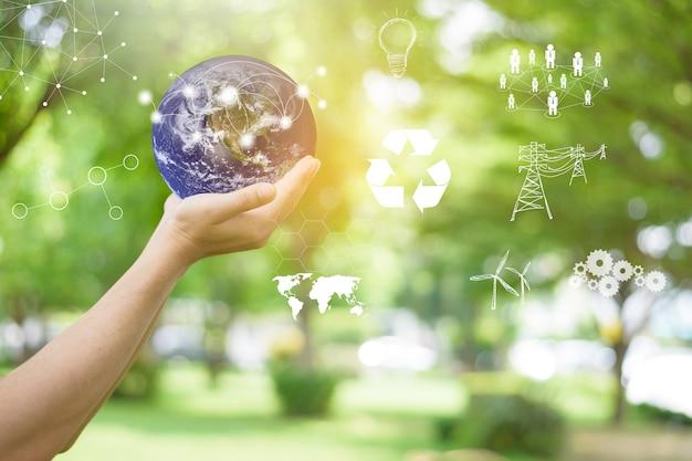 Menschliche hand hält welt auf grün, rette erdkonzept.