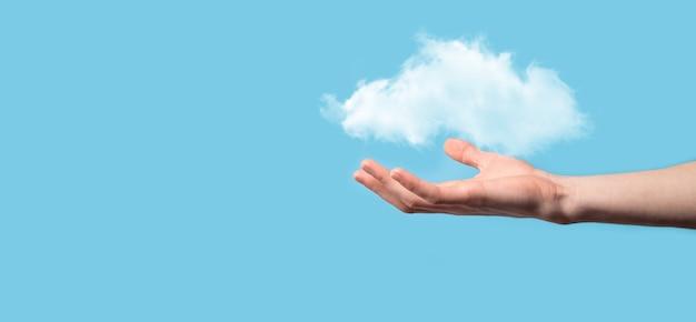 Menschliche hand mit einer wolke. wetterbedingungen, bewölkter hintergrund