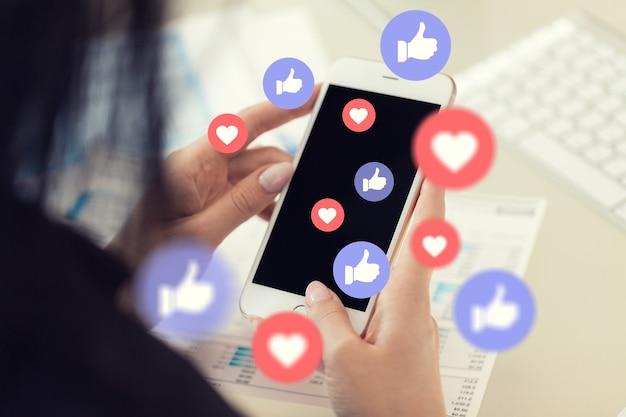 Menschliche hand mit smartphone mit social-media-illustration