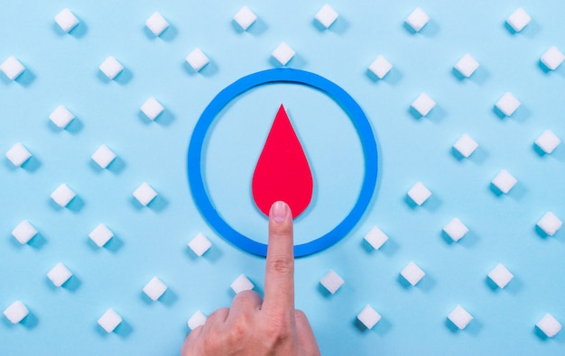 Menschliche hand mit symbol von diabetes- und zuckerwürfeln