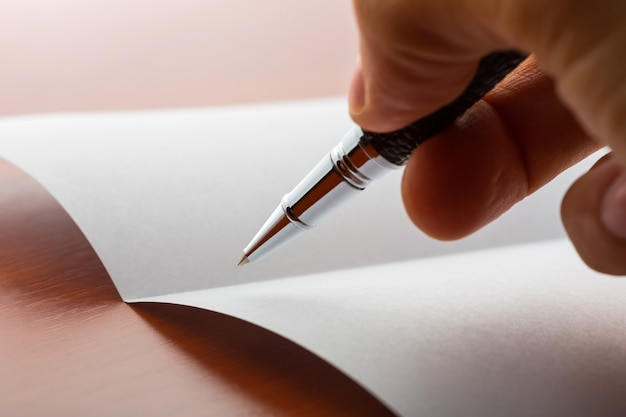 Menschliche handschrift auf papier mit kugelschreiber