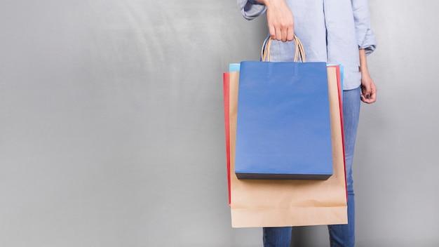 Menschliche holding-shopping-pakete