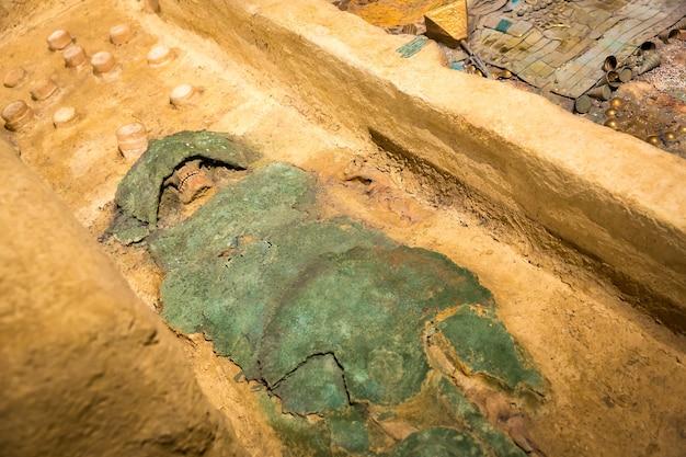 Menschliche mumie eingewickelt in einen grünen lappen.