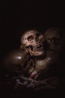 Menschliche schädel auf altem hölzernem tabellen-hintergrund.