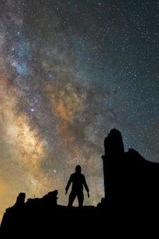 Menschliche silhouette und die milchstraße