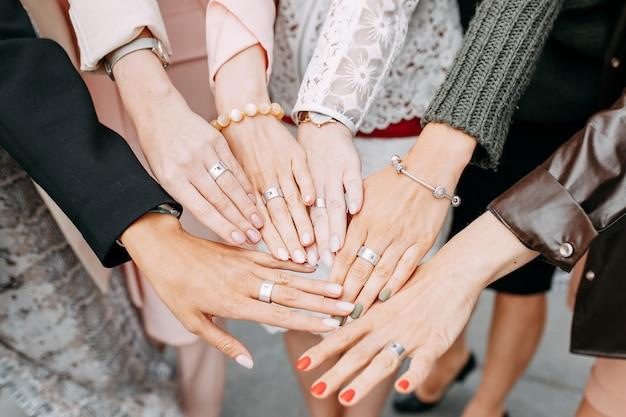 Menschliche weibliche hände verziert mit armbändern und ringen