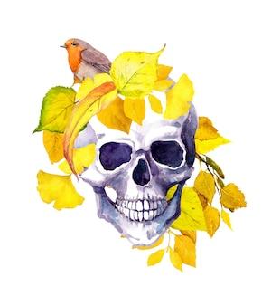 Menschlicher schädel im gelben herbstlaub mit vogel. aquarell