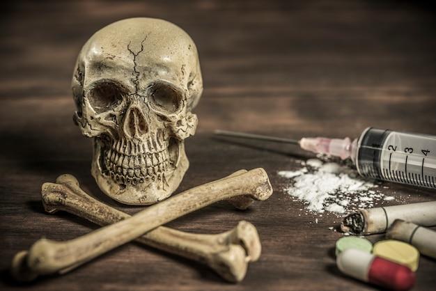 Menschlicher schädel und gekreuzter knochen drogenabhängiger konzept