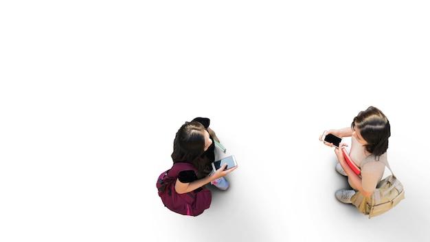 Menschliches leben in sozialer distanz luftaufnahme von oben mit zwei studentinnen mit smartphone-ständer