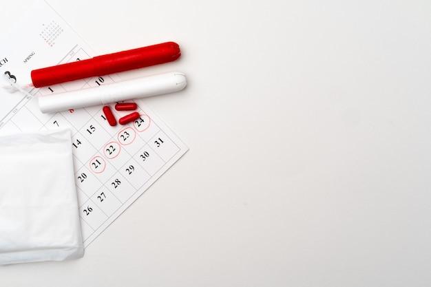 Menstruationskalender mit binden und tampons, pillen draufsicht