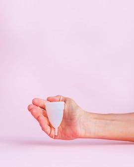 Menstruationstasse auf rosa b