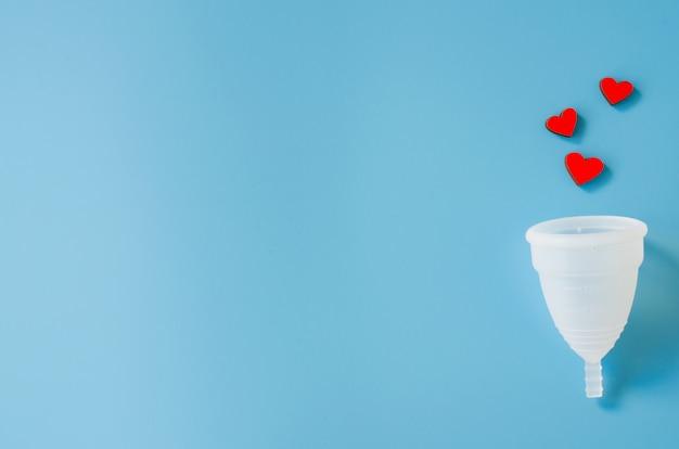 Menstruationstasse. detail des gegenstandes der intimen hygiene der frau.