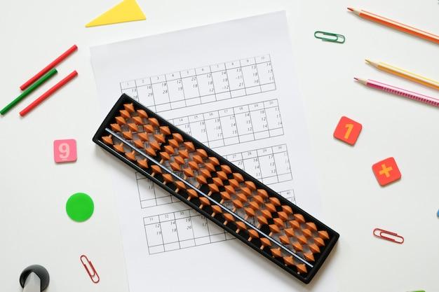 Mentale arithmetik und mathematisches konzept: bunte stifte
