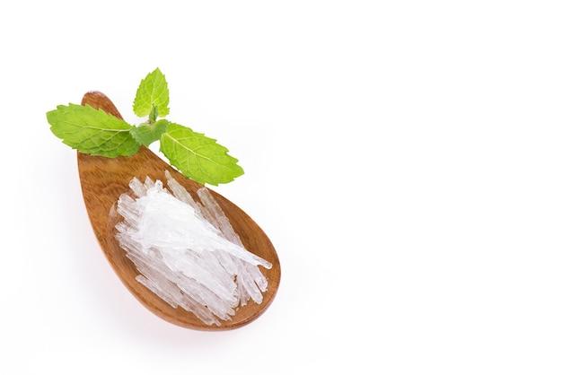 Menthol kristall und minze blätter isoliert auf einem weißen
