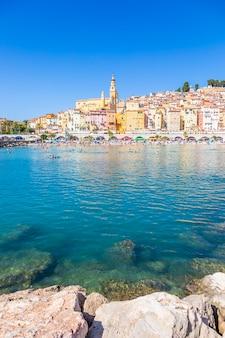 Menton, frankreich - ca. august 2021: blick auf die französische riviera, genannt coast azur, in südfrankreich.