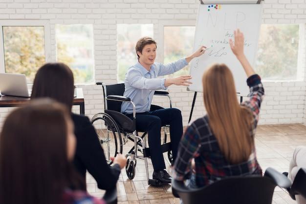 Mentor im rollstuhl führt coaching