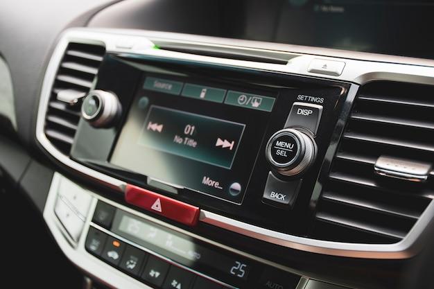 Menü- und auswahltaste auf dem multimedia-bedienfeld der headunit im luxusauto, kfz-teilekonzept.