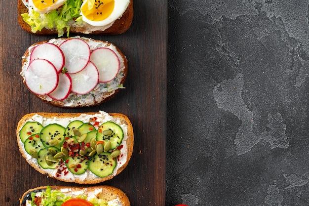 Menühintergrund mit verschiedenen veganen sandwiches, ansicht von oben