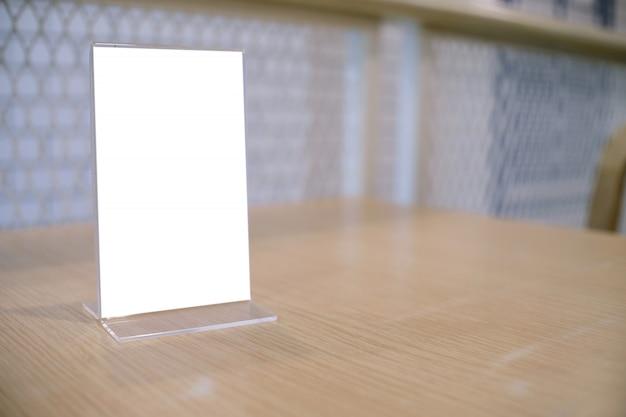 Menürahmen, der auf hölzerner tabelle im barrestaurantcafé steht. platz für text-marketing-promotion