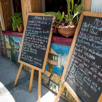 Menütafeln in einem restaurant, valparaiso, chile