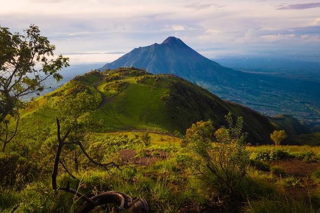 Merapi vulkan aus großer höhe genommen. blick auf den mount merapi