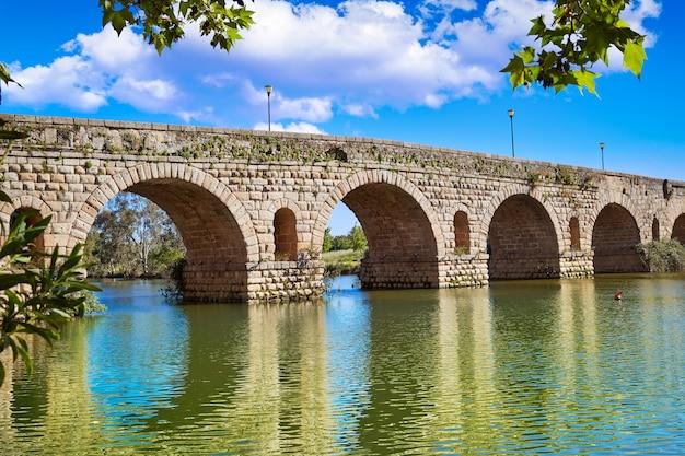 Merida in der römischen brücke spaniens über guadiana