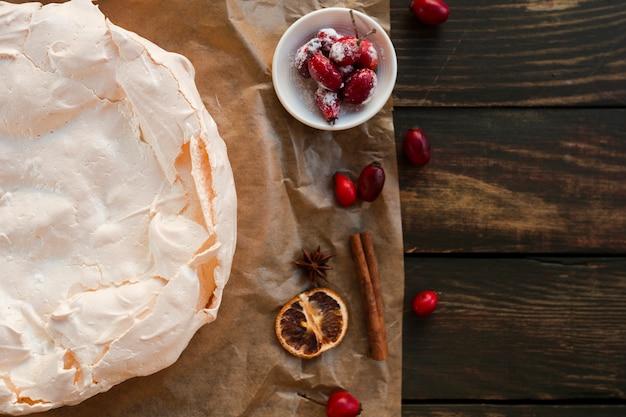 Meringekuchen mit hagebutten- und kopienraum