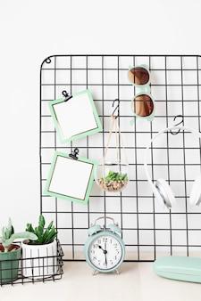 Mesh board mit karten, brillen, zimmerpflanzen bleiben sie zu hause, organisation zu hause, dekoration, planung, slow living konzept