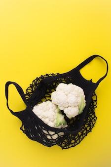 Mesh-einkaufstasche mit blumenkohl