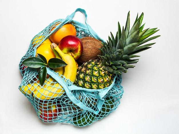 Mesh-einkaufstasche mit früchten
