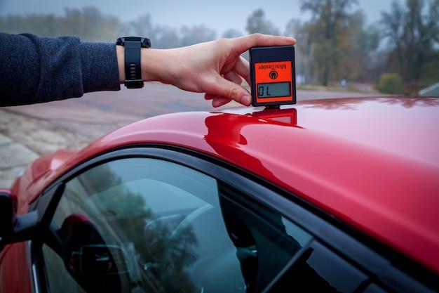 Messen der dicke der roten farbe der autolackbeschichtung mit einem lackdickenmesser