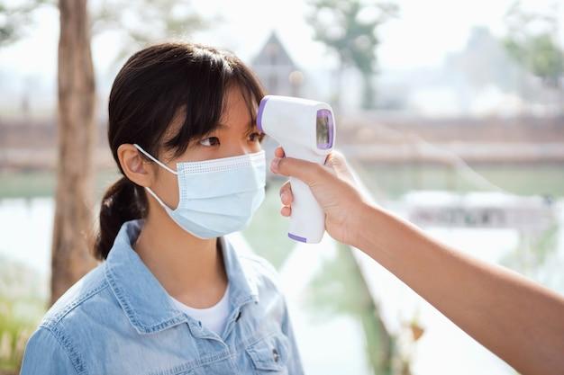 Messen sie die temperatur mit einem thermometer, um festzustellen, ob das coronavirus covid-19 infiziert ist
