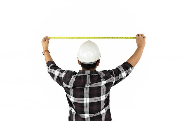 Messende größe des erbauers mit dem bandmeßinstrument getrennt auf weißem backgroun.