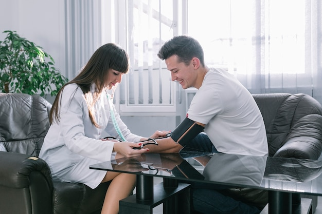 Messender impuls des frauenarztes des patienten
