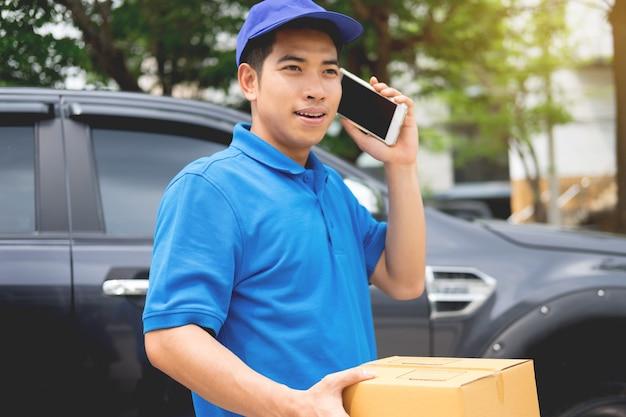Messenger mann halten box und sprechen auf smartphone