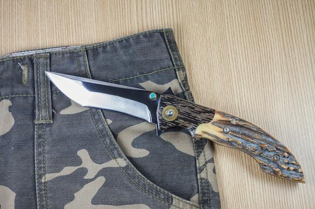 Messer auf tarnhintergrund.