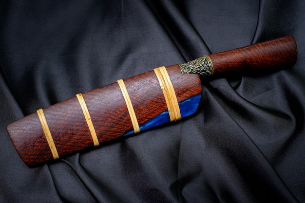 Messer benutzerdefinierte oder enep in der natürlichen holzscheide auf altem tischhintergrund handgefertigt aus thailand