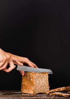 Messer bereit, brotlaib zu schneiden