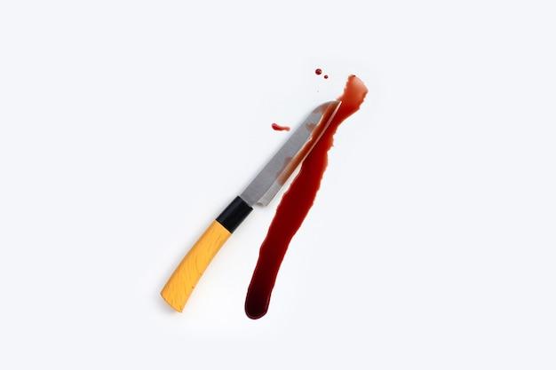 Messer mit blut auf weißem hintergrund.