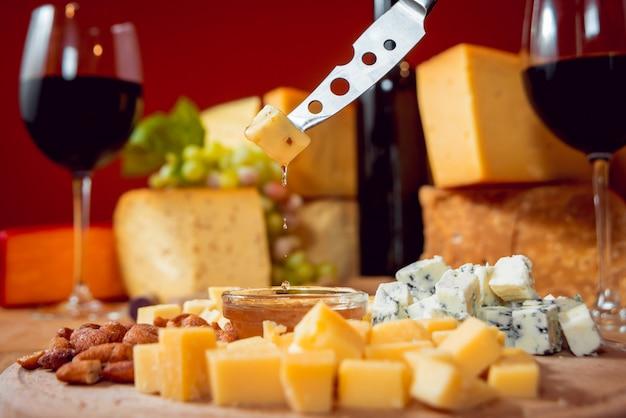 Messer mit stück käse auf einem dunklen tisch