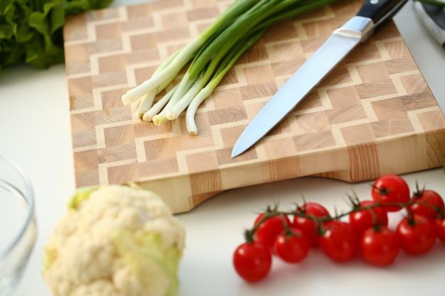 Messer und frühlingszwiebeln für salat oder frisch