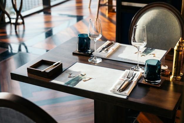 Messer und gabel mit serviette auf holztisch für feines speisen
