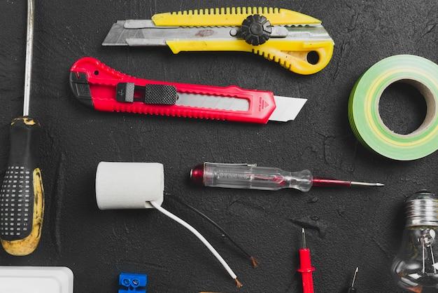 Messer und werkzeuge für die elektrische wartung