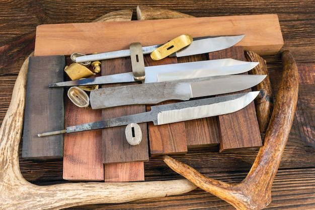 Messerklingen mit stangen blockieren schuppen von wertvollen exotischen baumholzelchen, elchen, hirschhornstücken für die handgefertigte diy-messerherstellung